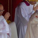 Por que (e como) devemos fazer o sinal da cruz antes do Evangelho na Missa?